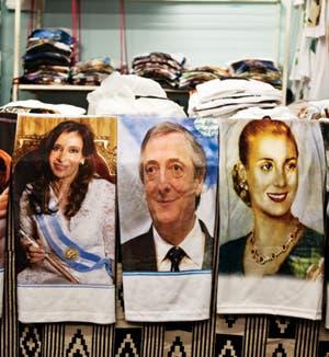 Soquetes, pájaros, frutas y verduras. En los alrededores de Buenos Aires, prosperan ferias donde el mercado muestra su cara nacional y popular.
