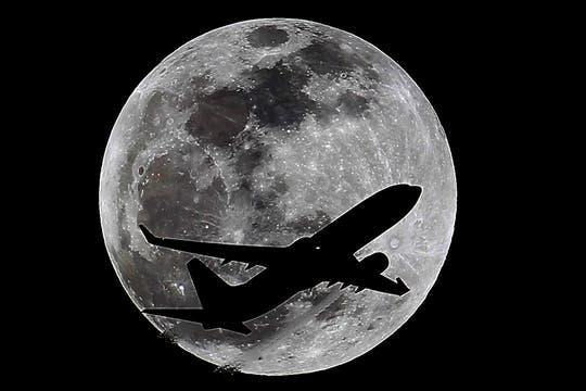 Durante la madrugada se produjo un eclipse lunar que pudo observarse en toda la Argentina y gran parte de América. Foto: AP