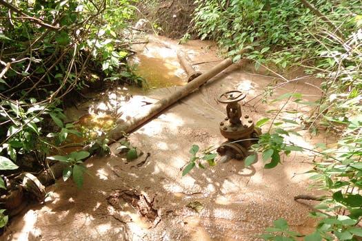 En algunos casos, los pozos liberan petróleo, aguas y minerales. Foto: Amigos del Parque Nacional Calilegua