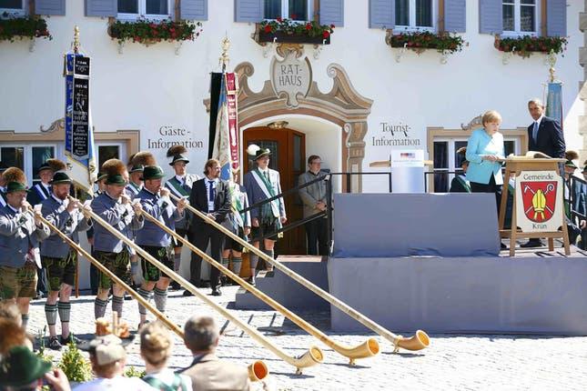Obama y Merkel, relajados en la pintoresca localidad de Krün, con cerveza, salchichas y pretzels, antes de la cumbre del G7. Foto: Reuters