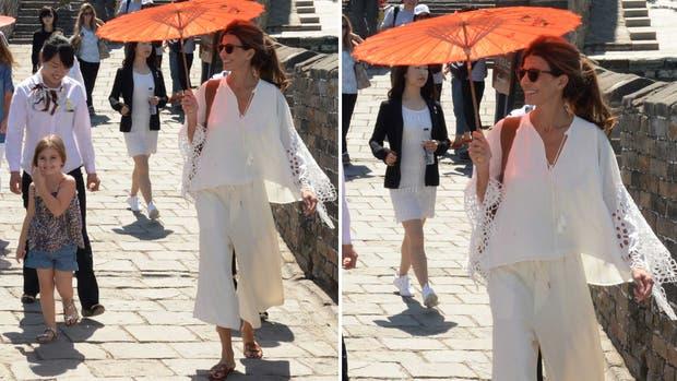 Con un equipo total white compuesto por una blusa con mangas XL caladas y un pantacourt, Awada paseó por la Gran Muralla y desplegó toda su frescura