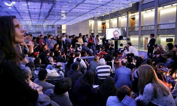 Mucha gente se reunió para escuchar a Zizek (en la pantalla)