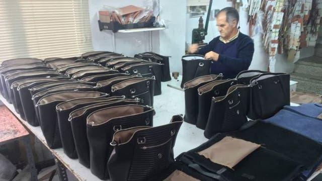 Los artesanos del pueblo compiten con productores que venden artículos mucho más baratos.