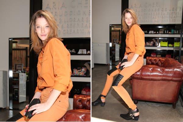 Mili Schmoll optó por el binomio naranja y negro para conocer la nueva temporada de María Cher. Llevó este conjunto con toda la actitud, tal como la vemos en la campaña. Foto: Gentileza Mass Grupo PR