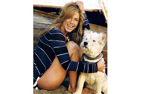 Jennifer Aniston con su amigo del alma. El amor por su mascota fue tal que se tatuó su nombre en uno de sus pies. Foto: Vía dogbreedsaz.com