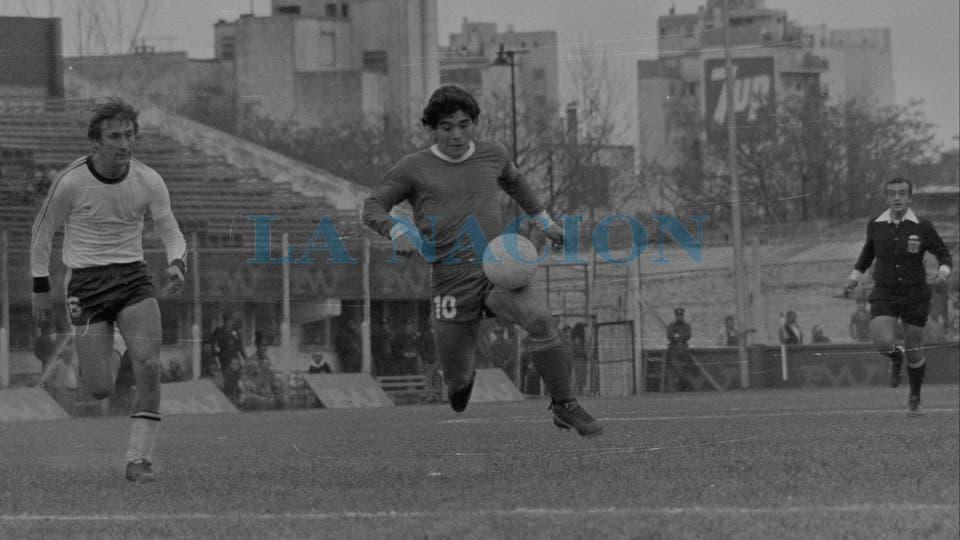 10-8-1980: empate 2 a 2 con Quilmes, en la cancha de Atlanta; lo persigue Alberto Fanessi.. Foto: LA NACION