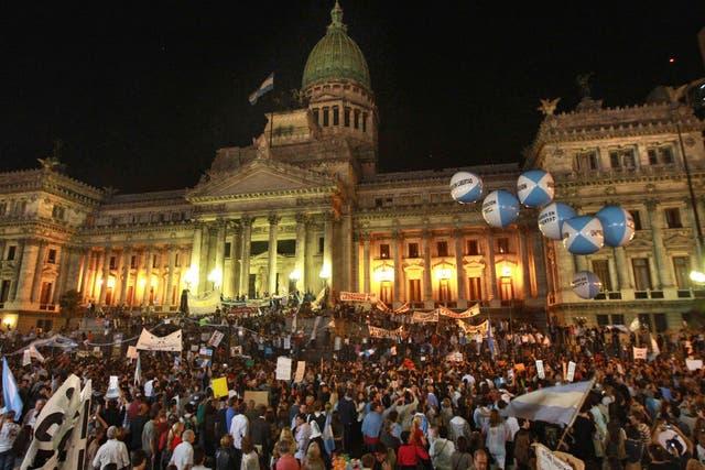 Después de ir a la Plaza de Mayo, los manifestantes se dirigieron espontáneamente al Congreso, donde se trata la reforma judicial que impulsa el Gobierno