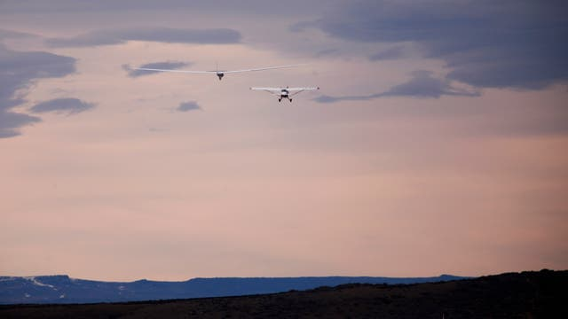 """El avión vuela sin motores, impulsado por el fenómeno meteorológico conocido como """"onda de montaña"""", que conjugado con el vórtice polar le permite surfear en corrientes de aire únicas que se dan en la cercanía de los polos"""