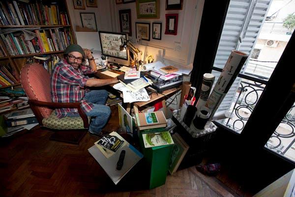 El escritorio de Liniers: lápices, papeles y la Mac. Foto: Matias Aimar