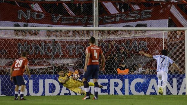 Campaña se arroja a la derecha y contiene el remate de Rodríguez