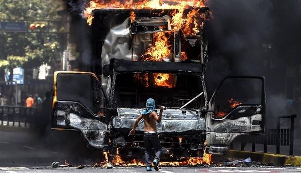 Manifestantes incendiaron un camión que bloqueaba una marcha, ayer, en Caracas