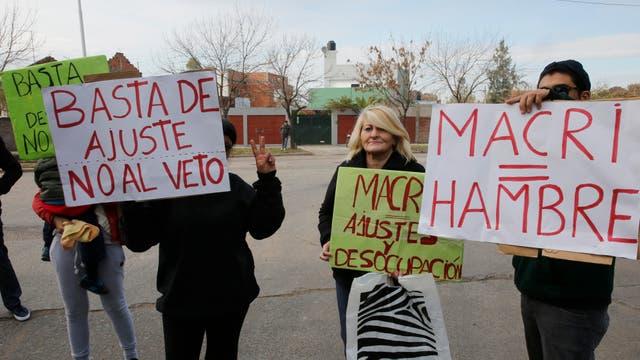 Protesta en la entrada de Cresta Roja mientras Macri daba sus discurso