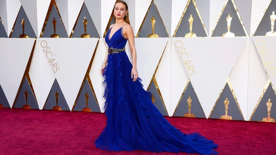 Brie Larson eligió Gucci. Un vestido azul con volados en la falda.