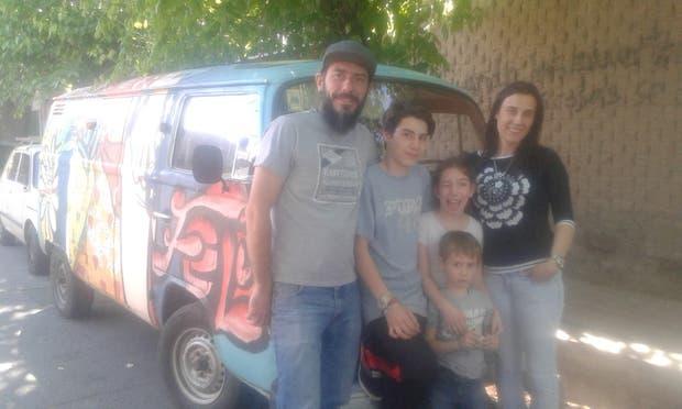 Gastón Planinsek, técnico en Márketing, junto a su mujer Gabriela Espinoza, abogada, ambos de 40 años, y sus pequeños Benjamín, de 5 años, Lucía, de 10 e Ignacio, de 14 años se van a recorrer el mundo