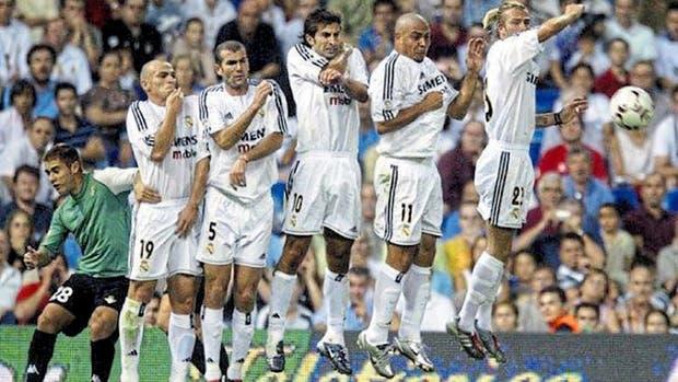 Esteban Cambiasso en una barrera galáctica, junto con Zinedine Zidane, Luis Figo, Ronaldo y David Beckham