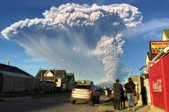 Los habitantes de los alrededores observaron atónitos las columna de ceniza del volcán. Foto: EFE
