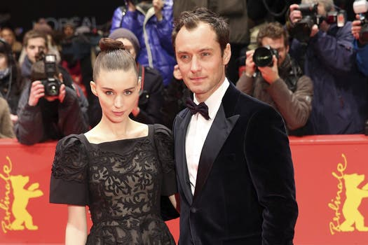 """El bombón de Jude Law y Rooney Mara en el prestreno de """"Efectos secundarios"""", en Berlín / EFE."""