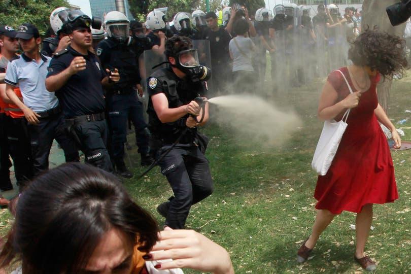 La mujer indefensa atacada con gas lacrimógeno se convirtió en un símbolo de las protestas en Turquía. Foto: Reuters