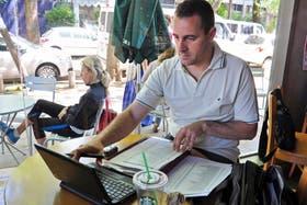 Fernando Méndez eligió ayer un café en Martínez como lugar de trabajo