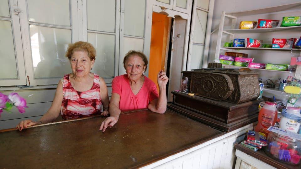 Las mellizas Julia y Teresa  cumplirán 87 años y desde hace muchos años tiene un almacén. Foto: LA NACION / Ricardo Pristupluk