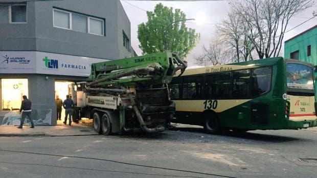 Tras un choque, un colectivo y un camión se incrustaron en una farmacia: hay cinco heridos
