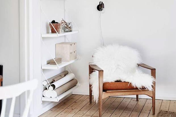 Pocos elementos pero efectivos: madera, cuero y piel sobre una base clara.  /Cocolapinedesign.com