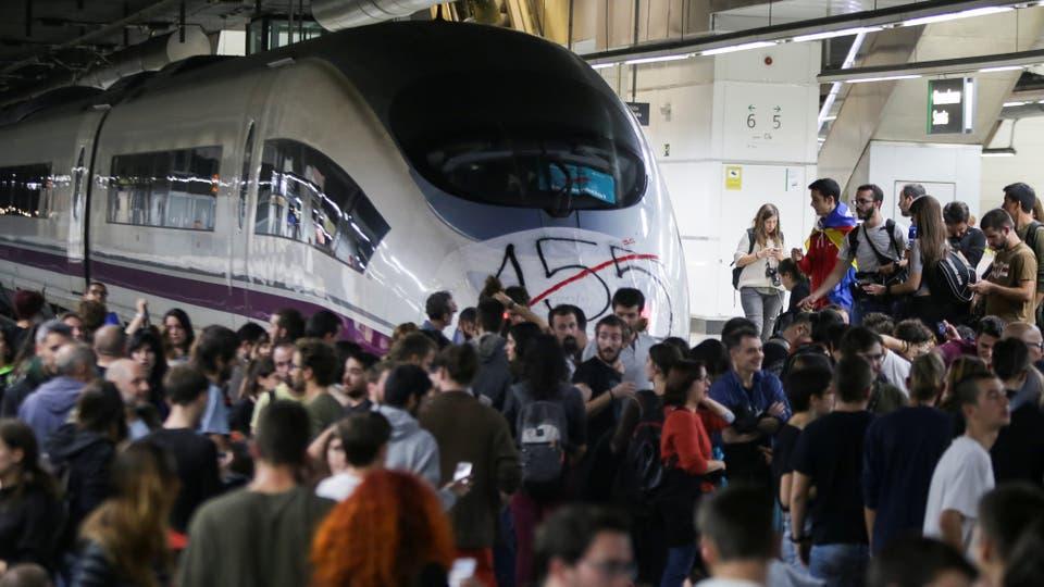 Manifestantes bloquean las vías del tren de alta velocidad AVE en la estación de trenes de Sants