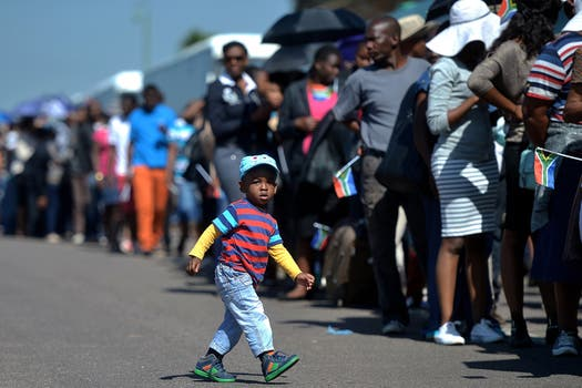 Miles de ciudadanos hacen cola para ingresar a la Sede de Gobierno de Sudáfrica para despedir a Nelson Mandela. Foto: AFP