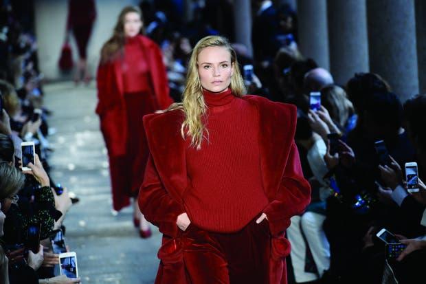 Max Mara, otoño 2017: los básicos/clásicos de hoy transformados a puro glamour por un rojo imperioso