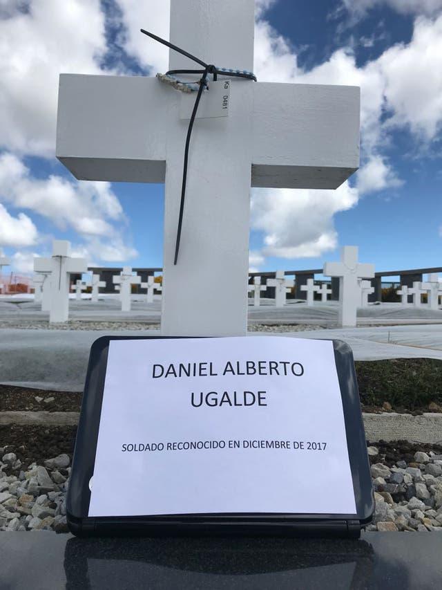 Por primera vez, se colocaron los nombres en las tumbas de los soldados caídos en la guerra que fueron recientemente identificados