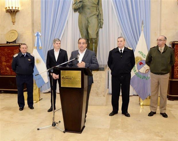 Martínez, Peña y los jefes de las Fuerzas Armadas