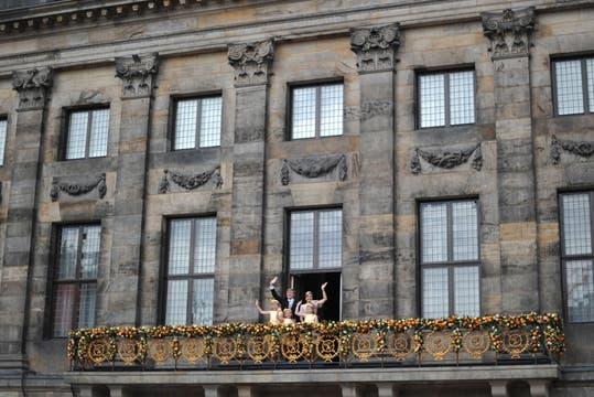 Los nuevos Reyes, Máxima y Guillermo, saludan al pueblo holandés junto a sus hijas. Foto: AFP