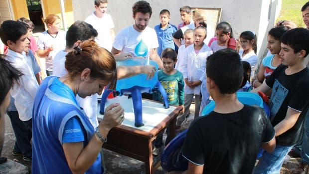 Wertheimer capacitando alumnos en una escuela rural