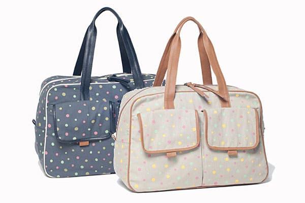 Bolsos con lunares, donde entra de todo, pañales, mamaderas, cambiador, oleo, ropa... (Matriona, $340).