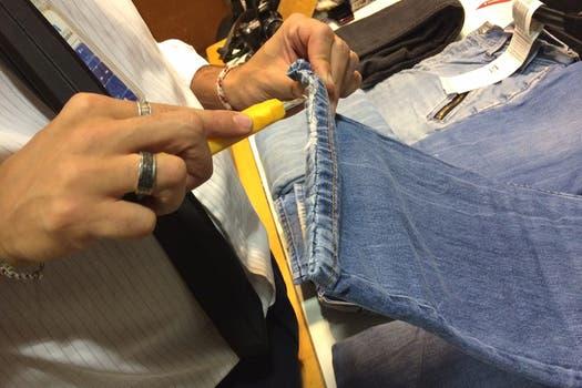 """En un control de equipaje rutinario, la AFIP hizo el hallazgo de la droga """"curiosamente"""" oculta dentro de varios pantalones. Foto: Prensa AFIP"""