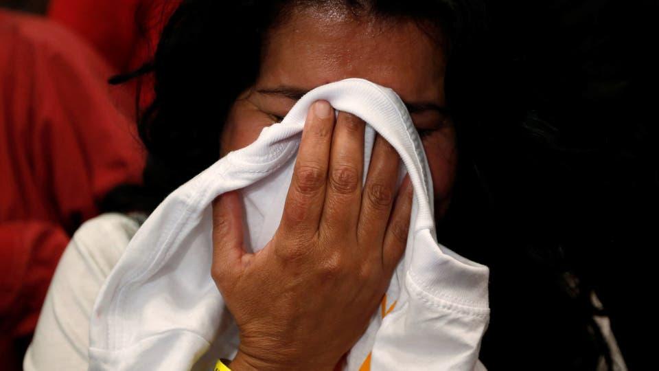 Una mujer no puede contener su tristeza. Foto: Reuters / John Vizcaino