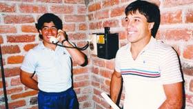 Maradona habla con su familia y Olarticoechea espera su turno en el único teléfono de la concentración del América