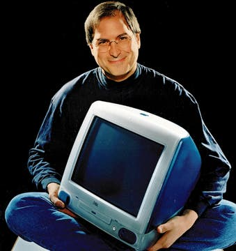 Jobs junto a una iMac en una imagen promocional de Apple. Foto: AP