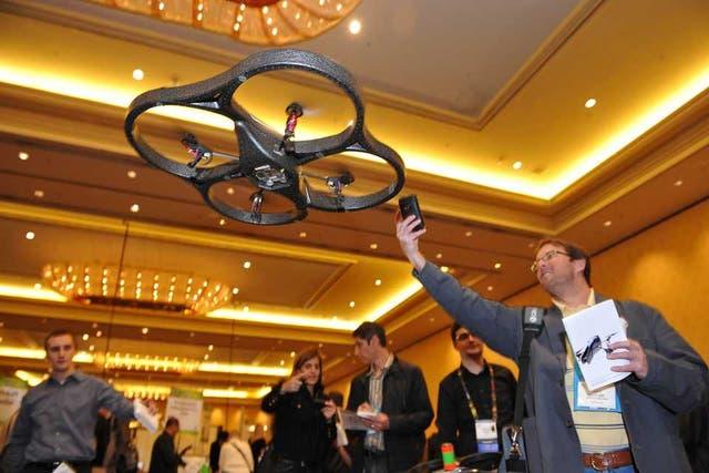 A.R. Drone de Parrot es uno de los vehículos no tripulados preferido por los aficionados, ya que se pueden controlar desde un dispositivo móvil