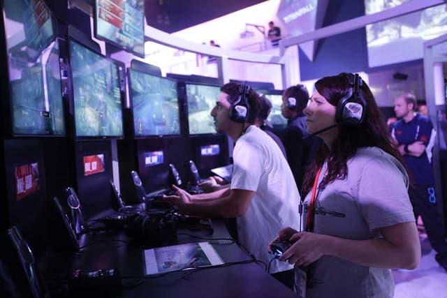 Asistentes de la feria E3 ponen a prueba los juegos que se presentaron en la feria más importante de la industria, que se llevó a cabo en Los Angeles