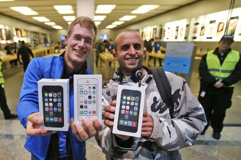 En Alemania se repitieron las filas para comprar el último teléfono de Apple. Foto: AP
