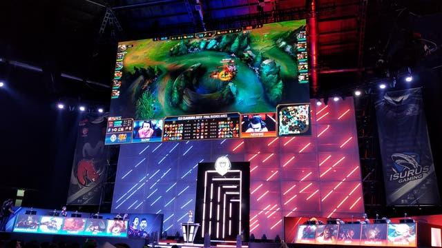 Una vista del escenario central de la final regional del LoL que se llevó a cabo en el DirecTV Arena