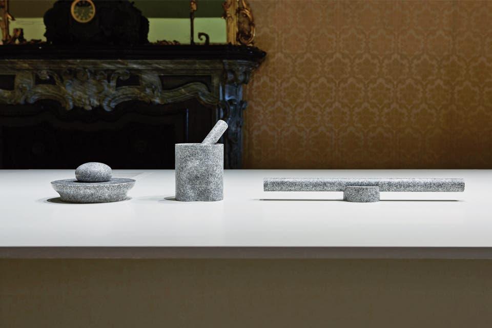 """En la muestra Japan Creative Projects vimos productos de empresas japonesas en colaboración con reconocidos diseñadores occidentales. Como estos utensilios de cocina hechos a partir de la dureza de la piedra aji, """"el diamante de los granitos japoneses"""": un mortero, un cascanueces y un palo de amasar."""