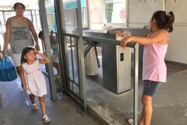 Todavía hay mucha evasión en el pago de boletos, como sucede en la estación Rivadavia de la línea Mitre