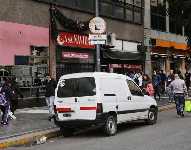 Un vehículo mal estacionado en la avenida Roque Sáenz Peña al 900