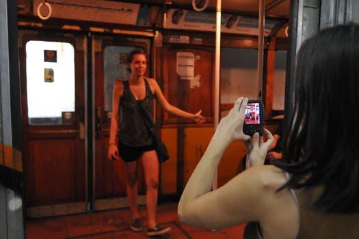 Cientos de personas se acercaron a las estaciones de la Línea A para fotografiar a los centenarios vagones. Foto: Télam