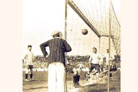 """La pelota ingresa al arco, enviada directamente desde el córner por el argentino Onzari; es """"gol olímpico"""" para siempre"""