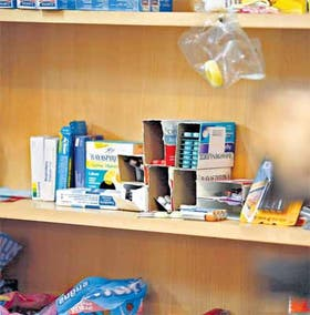 Después de la promulgación de la ley que lo prohíbe, medicamentos y golosinas siguen compartiendo el mismo espacio en quioscos porteños