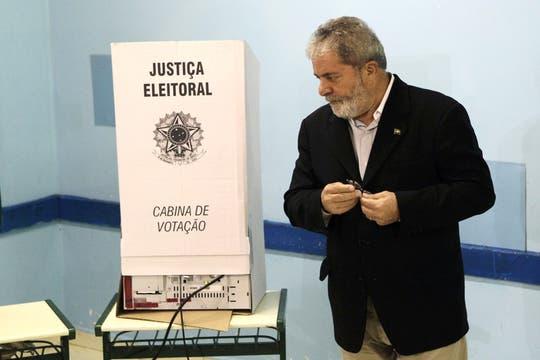 Lula, frente a la urna electrónica, en São Bernardo do Campo, en las afueras San Pablo. Foto: AP