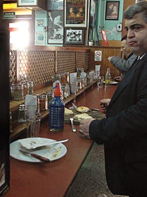 El chef y escritor, que supo indagar sobre los mejores restaurantes de Argentina, ahora se despacha con su visión sobre la ya tradicional masa con muzzarella y tomate. Por Alejandro Maglione